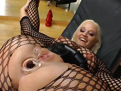 Dee Siren shows her butt and tits & enjoys ardent anal toying